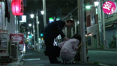 金曜日の終電後、自宅の近所の道端で酔いつぶれてる女を持ち帰って…